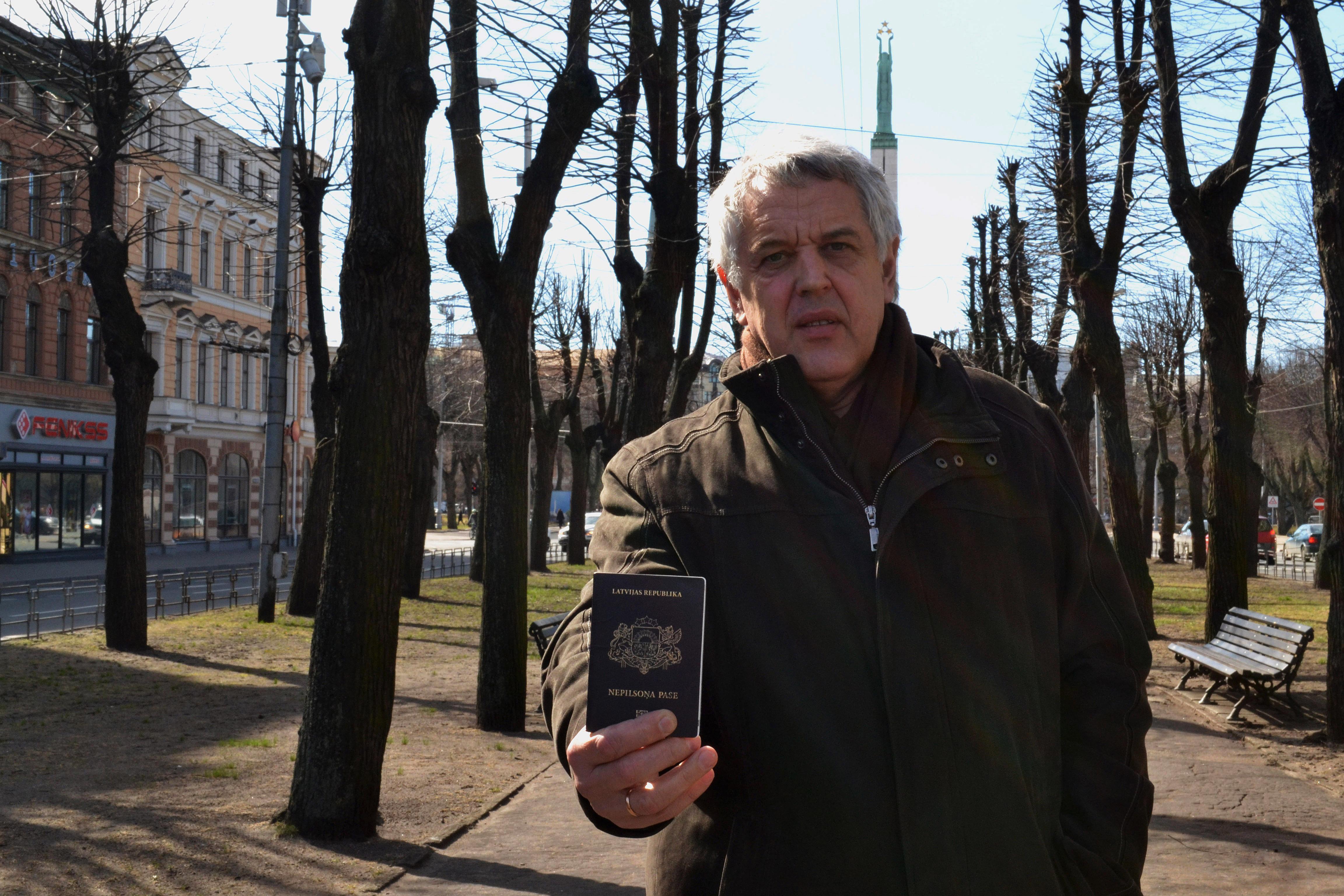 Aleksandr Gaponenko, non-citizens.